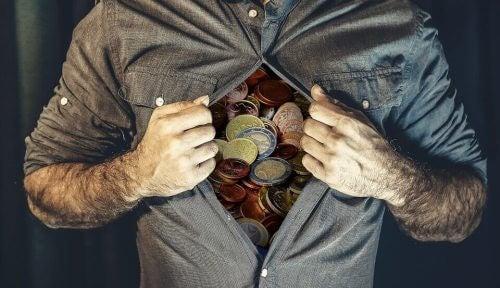Mann hat Geld anstatt innerer Werte