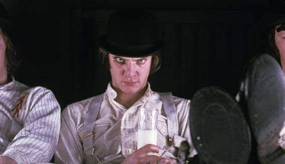 Mann mit schwarzem Hut schaut böse nach oben