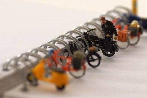 Mit Leichtigkeit: Ein Spielzeugmann parkt sein Spielzeugmotorrad.