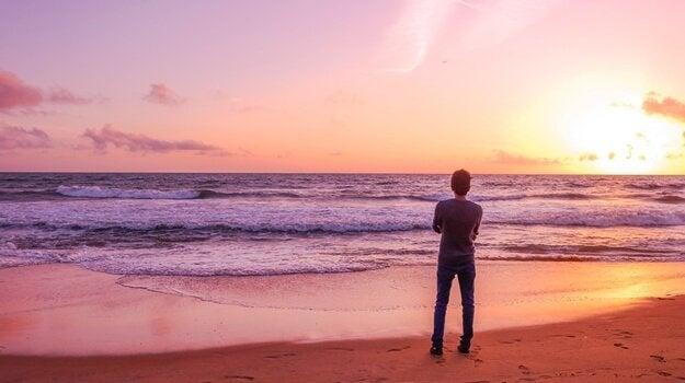 Mann schaut auf das Meer