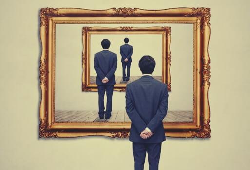 Mann sieht sich mehrfach in Spiegeln