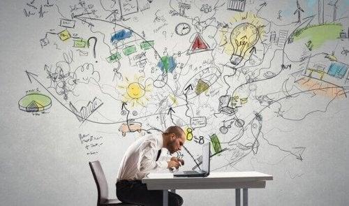 Ein Mann sitzt vor seinem Laptop; durch weiße Substanz fliegen aus seinem Gehirn viele verschiedene Ideen, die abstrakt im Hintergrund dargestellt sind.