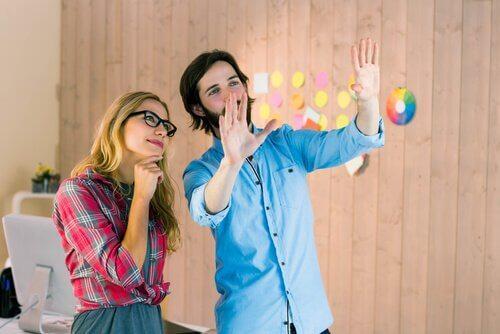 Ein Mann und eine Frau im Büro haben eine Vision von der Zukunft.