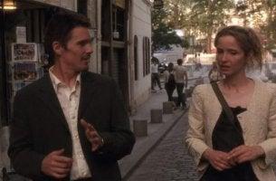 Mann und Frau unterhalten sich auf der Straße.