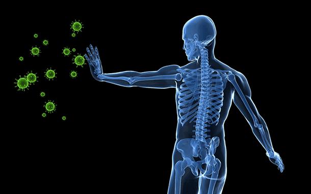 Mann wehrt Viren mit der Hand ab