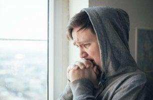 Mann wirkt beunruhigt - hat er Angst, zu sterben?