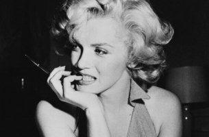 Marilyn Monroe raucht.