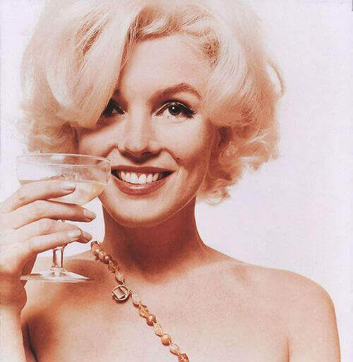 Marilyn Monroe mit Cocktail
