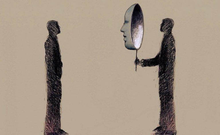 Mann steht einem anderen gegenüber und hält sich eine Maske vors Gesicht