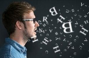 Ein Mann spricht und Buchstaben schwirren um ihn herum.