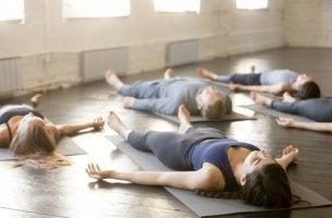 Yogapositionen für besseren Schlaf - Leichenposition