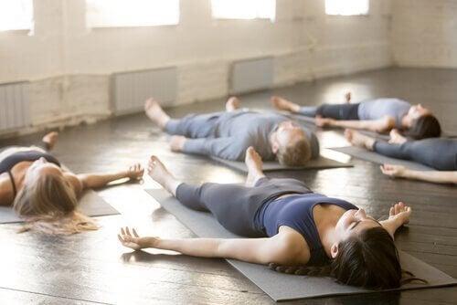 4 Yogapositionen für besseren Schlaf