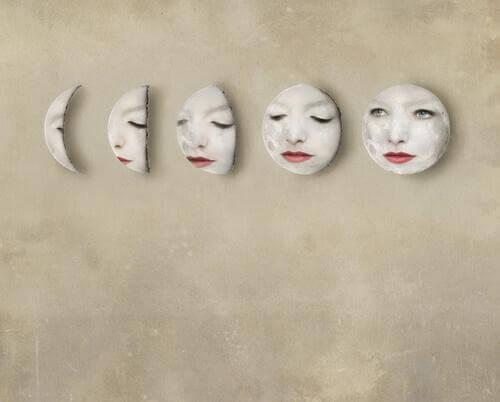Eine Zeichnung eines maskenhaften Gesichts, das seinen Gesichtsausdruck verändert
