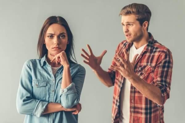 Eine Frau zweifelt, ob sie der Argumentation ihres Freundes Glauben schenken kann.