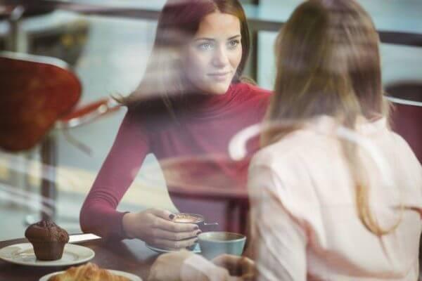 Zwei Frauen reden bei einer Tasse Kaffee über ihre Gefühle.