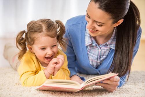 Eine Mutter hilft ihrem Kind beim Lesenlernen