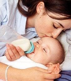 Eine Mutter gibt ihrem Baby die Flasche