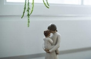 Figur einer Mutter mit Kind im Arm