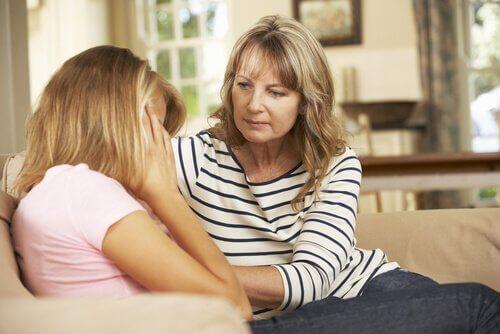 Mutter redet mit ihrer Tochter.