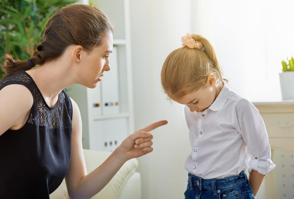 Mutter schimpft ihre kleine Tochter