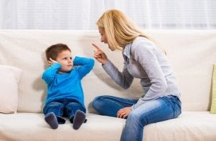 Mutter schreit ihr Kind an