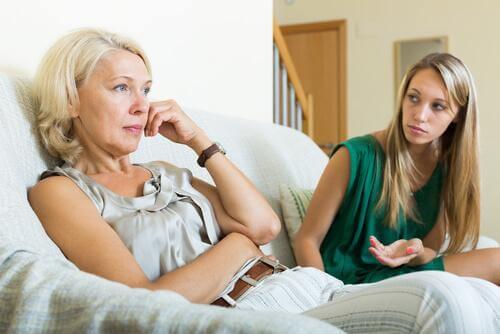 Mutter und Tochter diskutieren auf dem Sofa.