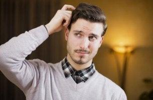 Was die Körpersprache verrät - Mann kratzt sich am Kopf