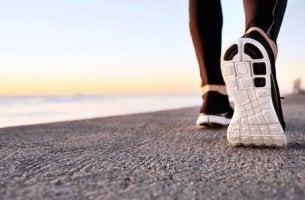 Nahaufnahme einer Schuhsohle am Strand