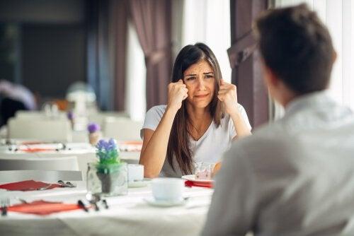 Beunruhigte Frau in einem Restaurant