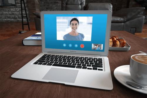 Auf dem Bildschirm eines Laptops sieht man ein Videogespräch zwichen zwei Menschen, einer davon ist ein Online-Therapeut.