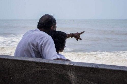 Opa und Enkel am Strand