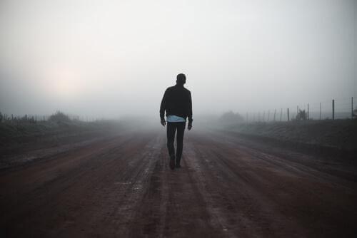 Mann läuft eine Straße entlang