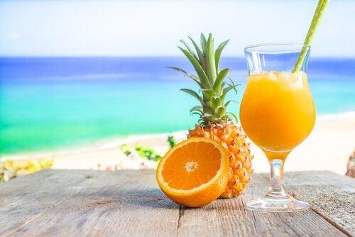 Orange, Ananas und Fruchtsaft