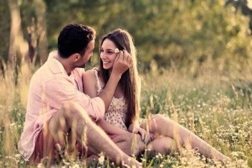 Paar, das auf einer Wiese sitzt
