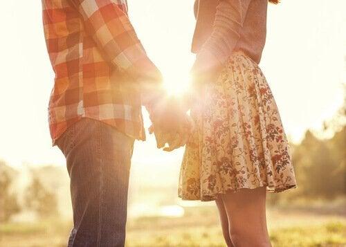 Ein glückliches Paar steht im Sonnenuntergang.