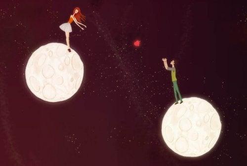 Paar schickt sich zwischen zwei Planeten ein Herz zu