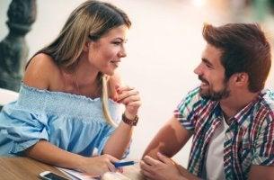 Paar unterhält sich als Zeichen für eine gute emotionale Verbindung