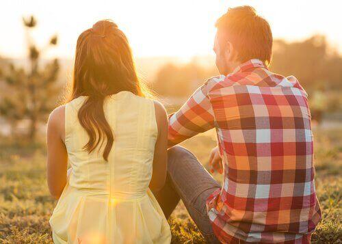 Paar unterhält sich bei Sonnenaufgang
