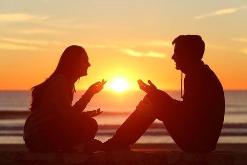 Paar unterhält sich bei Sonnenuntergang