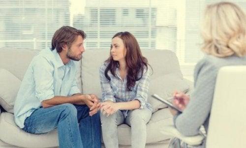 Ein Paar sitzt auf der Couch beim Therapeuten.