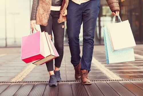 Pärchen am Einkaufen