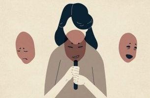 Frau ohne Gesicht mit drei Masken