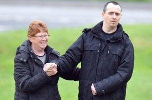 Der an zwanghaftem Lachen leidende Paul Pugh und seine Mutter
