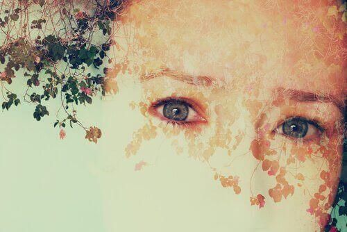 Sich hinter Blättern auflösendes Gesicht