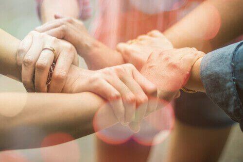 Personen halten sich an den Händen