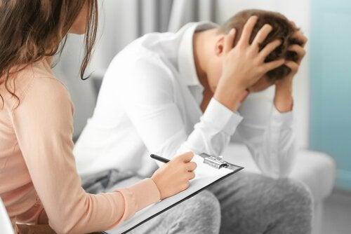 Psychologin, die in einer Klinik arbeitet