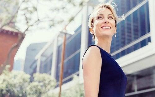 Reife, lächelnde Frau