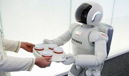 Ein Roboter serviert Kaffee.
