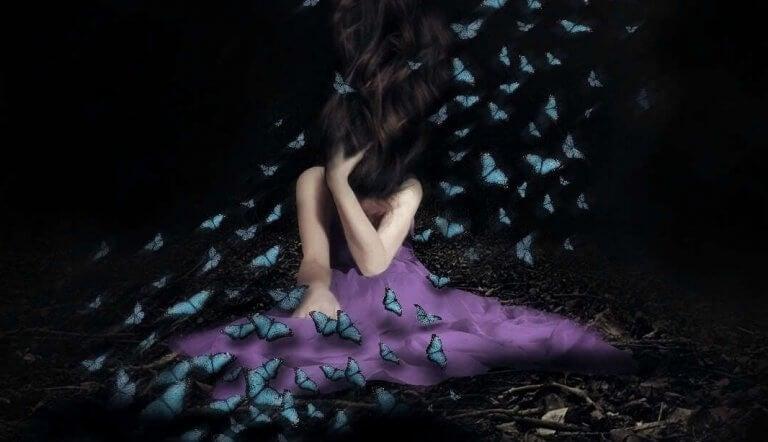 Eine Frau im lilanen Kleid umgeben von Schmetterlingen