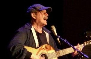 Silvio Rodriguez singt Songtexte zum Nachdenken.